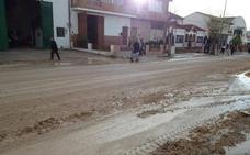 La intensa tormenta caída en Guadahortuna deja calles y carreteras con barro y piedras
