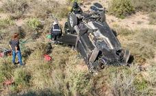 Caen con su coche por un terraplén de tres metros cerca de Cabo de Gata