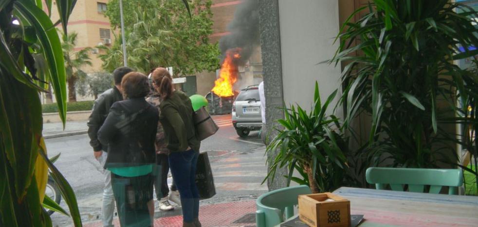 Un pirómano en bicicleta quema siete contenedores en una tarde en Granada capital