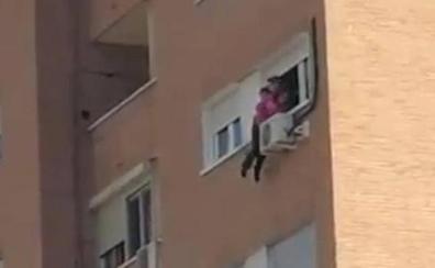 El estremecedor rescate de una mujer que se iba a lanzar al vacío