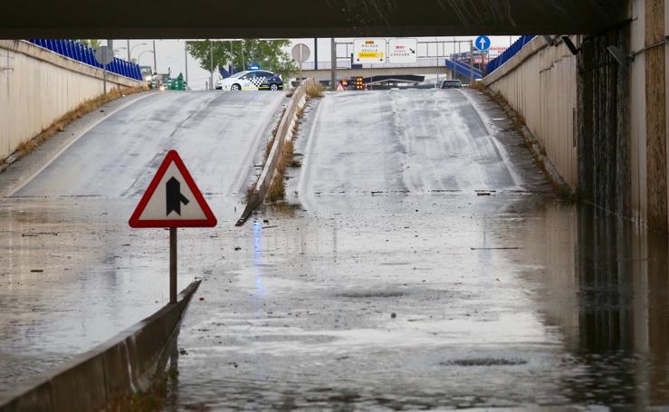 La lluvia inunda varias vías