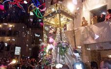 Miles de personas reciben en Quesada a la Virgen de Tíscar con pétalos de rosas