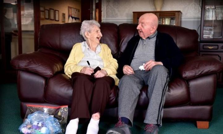 La conmovedora historia de la anciana de 98 años que se muda a una residencia para cuidar a su hijo de 80