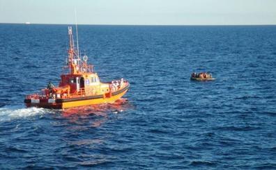 Nueve mujeres y una niña entre los 75 ocupantes de dos pateras trasladados al puerto de Almería