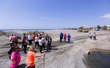 Vecinos de Poniente paran las obras de regeneración de Playa Granada para que no les quiten su arena