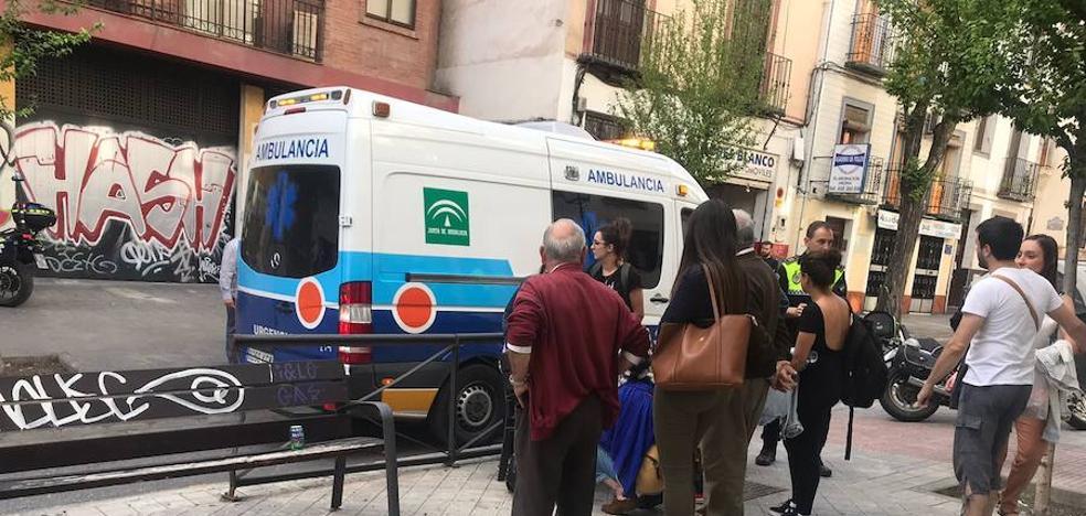 Herido un motorista al golpearse con una valla por sortear a un coche que iba a atropellarle en Granada