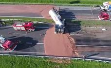 12 toneladas de chocolate sobre el asfalto de una autovía tras volcar un camión