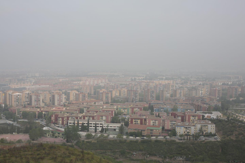 Granada amanece entre la niebla