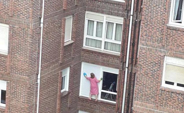 La española que se juega la vida limpiando las ventanas impacta a todo el país