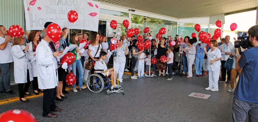 Globos, música y un mar de besos para que los niños olviden que están en un hospital