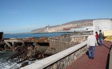 Los escombros del Cable Francés caídos al mar tras unas obras se retiran esta semana