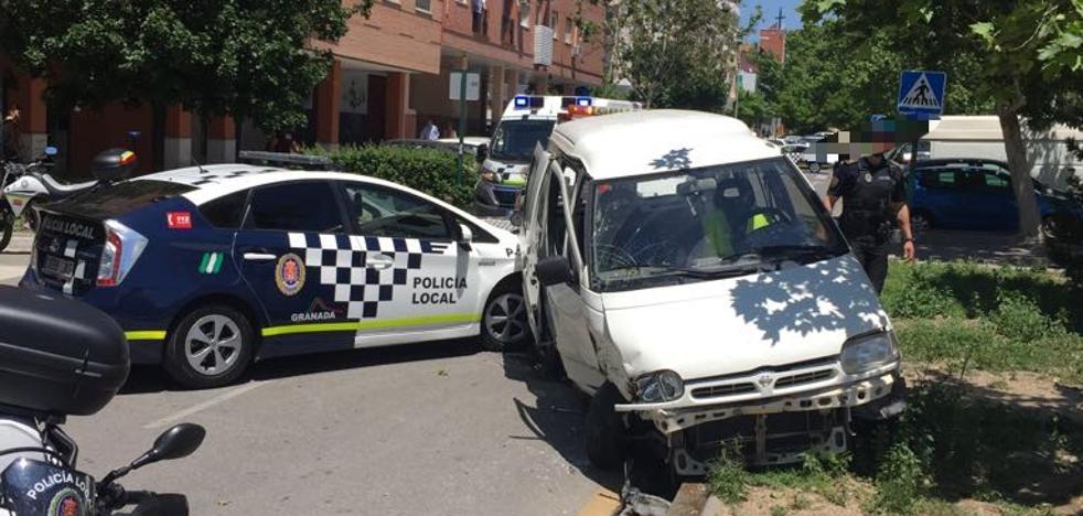Dos policías locales de Granada, heridos tras empotrarse un coche contra ellos en una persecución