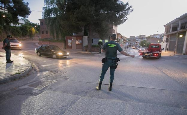 Guardia Civil en Iznalloz tras el crimen.