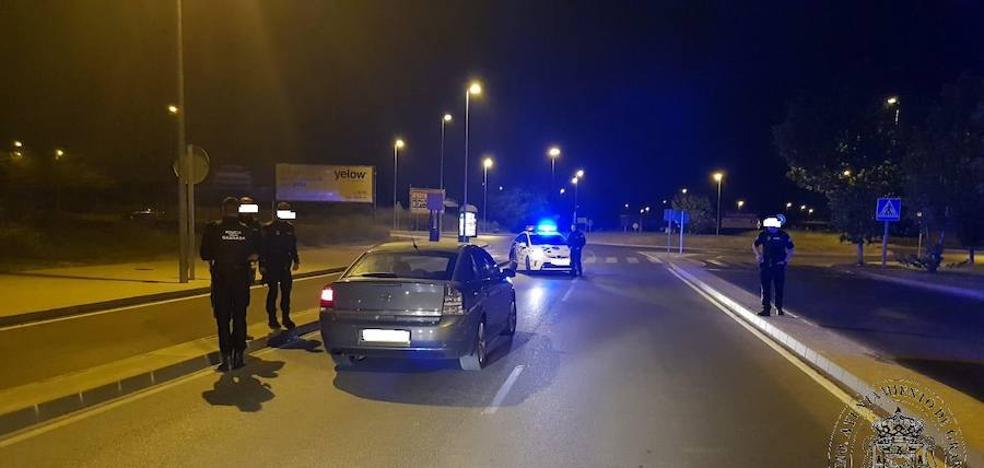 Huye con un coche robado y lo atrapan tras lesionar a tres agentes al embestir el vehículo policial