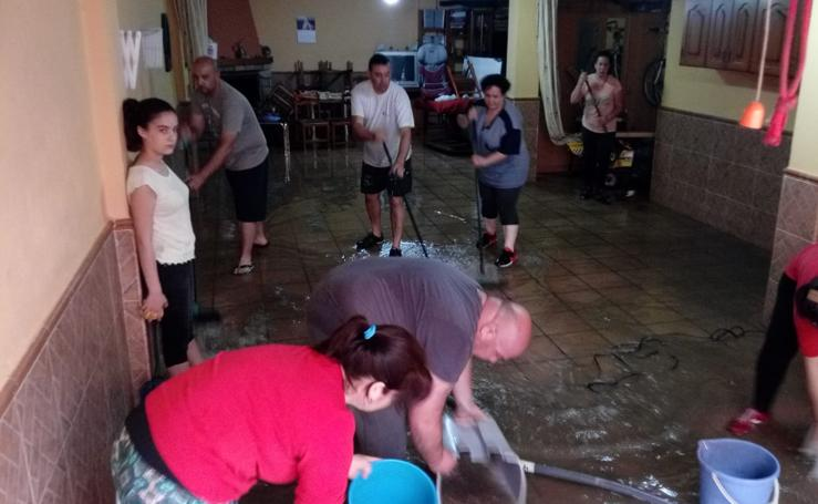 La lluvia deja un reguero de inundaciones de calles y viviendas en Atarfe