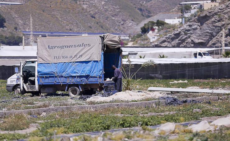 Albuñol clama para que se retiren los restos de invernaderos antes del verano