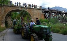 Una veintena de carrozas y muchos jinetes participan en Dúrcal en la romería de San Isidro Labrador