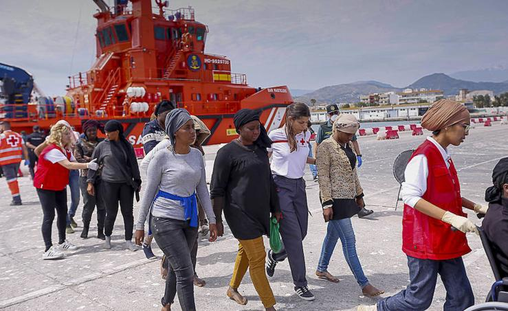 Llega a Motril una patera rescatada con 67 personas a bordo