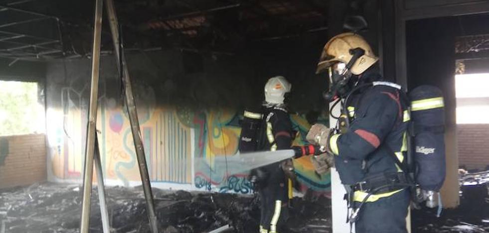 Dan por extinguido el incendio en las antiguas cocheras de Rober