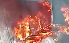 Las impactantes imágenes de un camión en llamas que ha colapsado la entrada de Bilbao