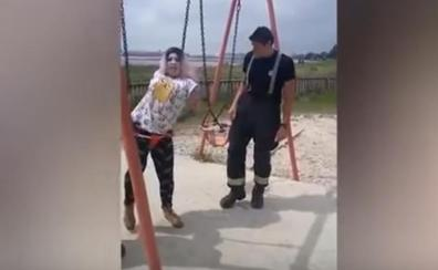 Bomberos rescatan a una madre atrapada en un columpio