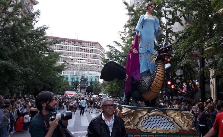 La Tarasca desfila por Granada