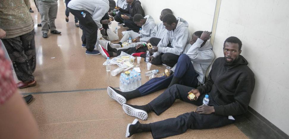 Cáritas solicita mochilas, móviles, comida y ropa para las personas 'liberadas' ayer en la estación