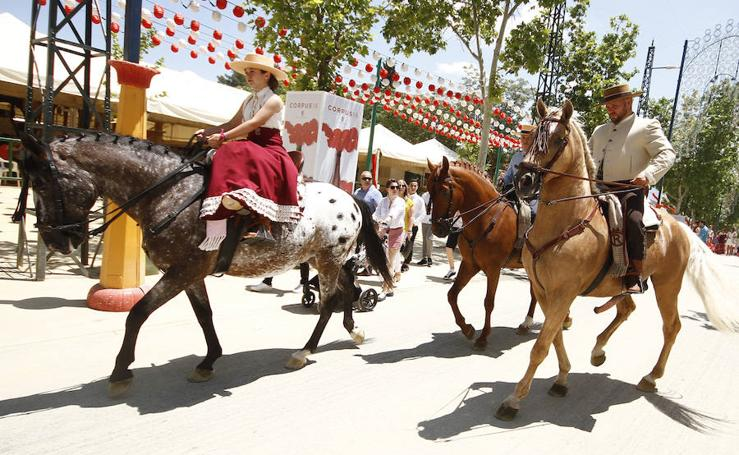 Los granadinos abarrotan el Real en el día grande del Corpus