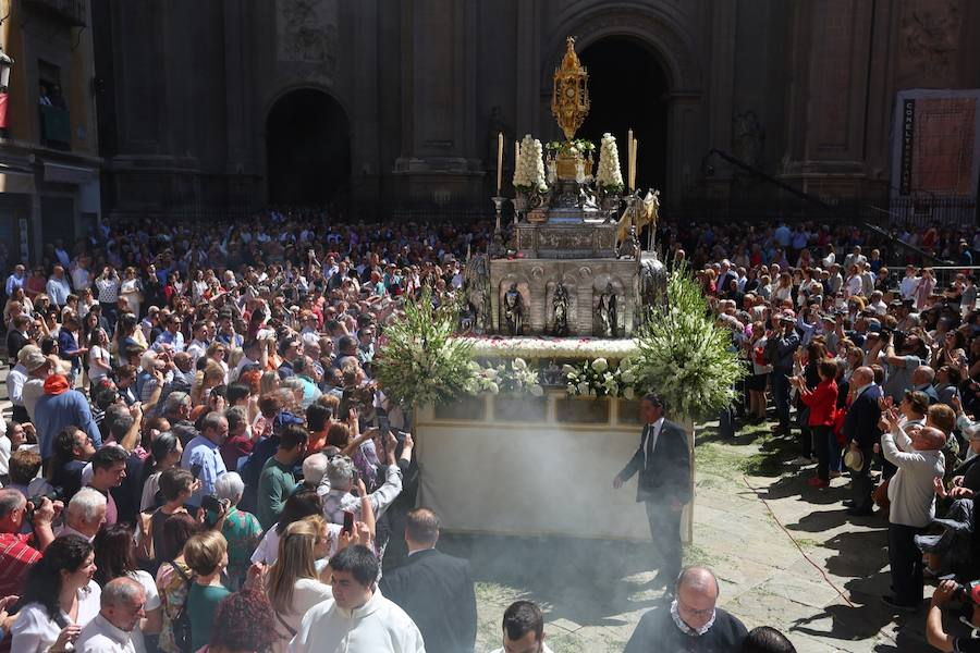 Miles de personas acompañan al Corpus en su paseo por Granada