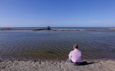 La playa de Poniente sigue siendo una 'piscina' y los vecinos se reunirán con Costas