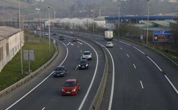 La DGT revela lo que haces mal al conducir por el carril derecho: te pueden multar con 200 euros