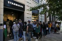 Largas colas para conocer el primer Starbucks nazarí