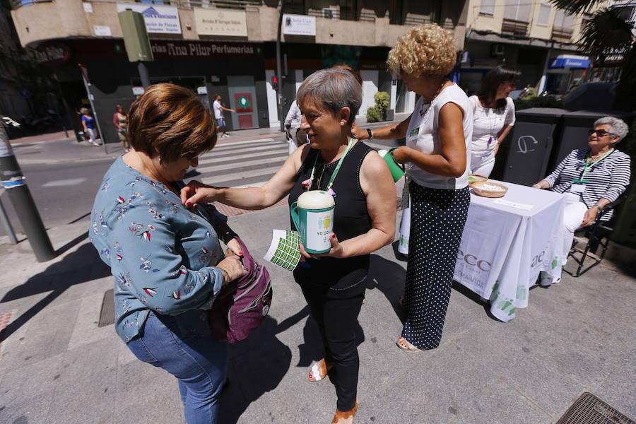 Motril muestra su lado más solidario en la cuestación de la Asociación contra el cáncer