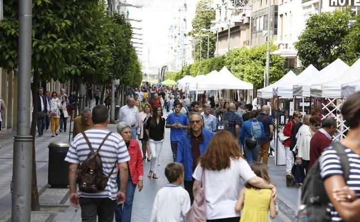 Insólita imagen de la calle Recogidas: se convierte en peatonal