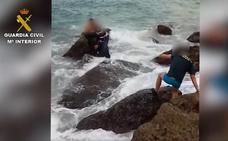 El peligroso rescate de unos inmigrantes en la costa andaluza realizado por la Guardia Civil