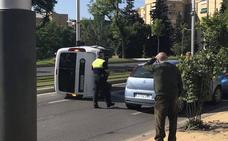 Aparatoso accidente con un herido en una recta de la Avenida de Madrid