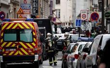 Un hombre retiene a dos personas en el centro de París