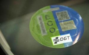 Importante aviso de la DGT sobre su pegatina: la novedad que debes saber