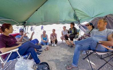 Vecinos de Motril montan turnos de vigilancia de 24 horas para que no sigan las obras del centro de inmigrantes