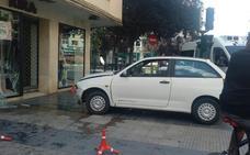 Un coche se estrella contra un escaparate en la avenida de Dílar