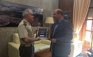 El alcalde de Jaén despide a Cándido Alonso, que deja su cargo como subdelegado de Defensa