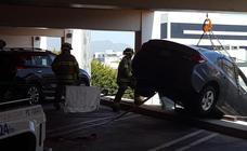 Una anciana deja su coche al borde de la tragedia el confundir el acelerador con el freno