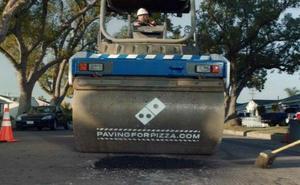 La insólita campaña de Domino's Pizza para que «los baches no arruinen una buena pizza»