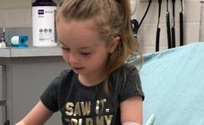 La niña que ha sufrido una parálisis cerebral por la picadura de una garrapata