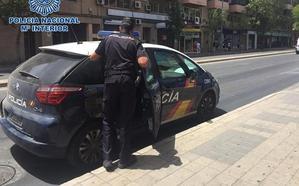Roba en seis vehículos aparcados en la calle en Motril