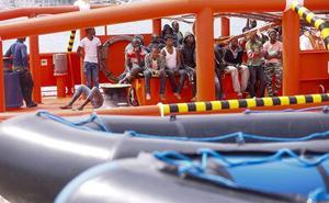 Trasladan al hospital a dos embarazadas rescatadas en una patera en la costa de Granada