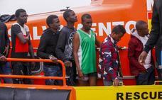 Trasladan a 159 inmigrantes rescatados de tres pateras al puerto de Almería