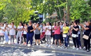 200 vecinos de Arrayanes protestan ante el Pleno por el corte de agua en sus viviendas