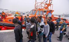 Llegan a Motril las 53 personas rescatadas a 26 millas de la costa