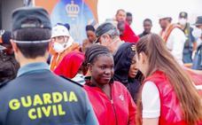 Trasladan a Motril las 53 personas rescatadas a 26 millas de la costa